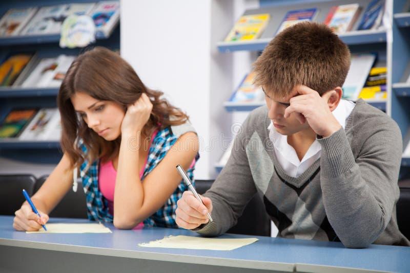 Estudante que engana-se no exame do teste fotos de stock royalty free