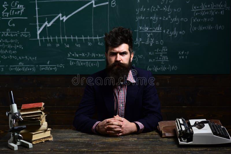 Estudante que estuda cursos em linha com computador O professor tem seu próprio amor de aprender o professor inspira estudantes c imagem de stock