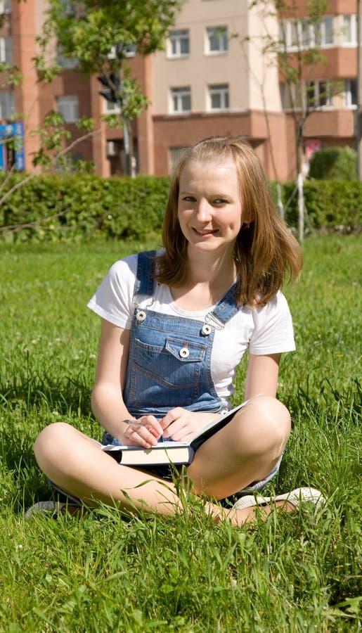 Estudante que estuda na grama imagem de stock royalty free