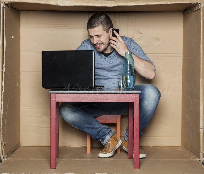 Estudante que fala no telefone e que escreve o email imagens de stock