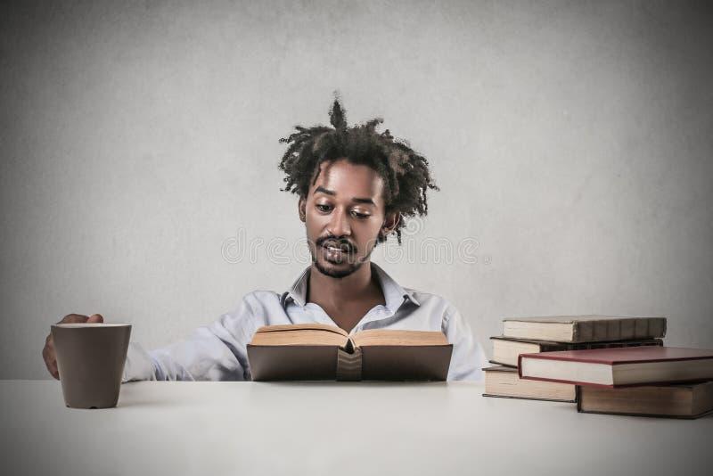 Estudante que lê um livro imagens de stock royalty free