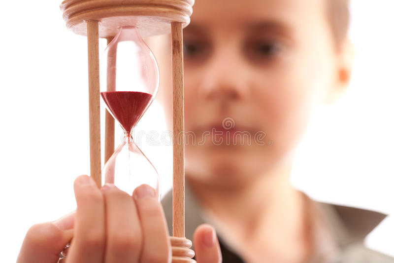 Estudante que prende um hourglass foto de stock royalty free
