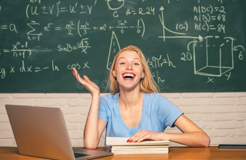 Estudante que prepara-se para exames da faculdade estudante Humor feliz que sorri amplamente na universidade Educação e povos do  imagem de stock