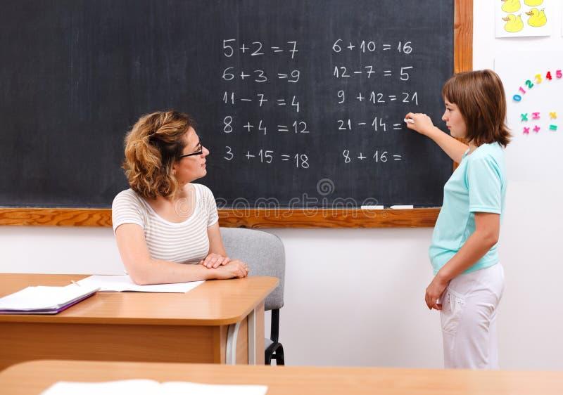 Estudante que resolve equações da matemática no quadro imagem de stock royalty free