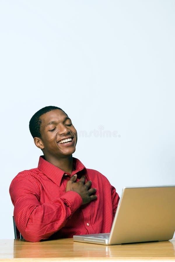 Estudante que ri do portátil - vertical imagens de stock