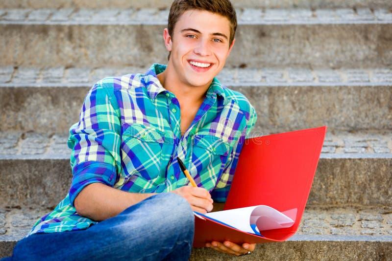 Estudante que senta-se em escadas fotos de stock
