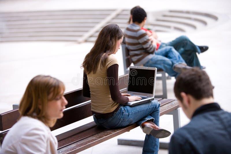 Estudante que trabalha com portátil foto de stock royalty free