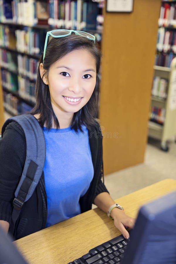 Estudante que trabalha no computador foto de stock