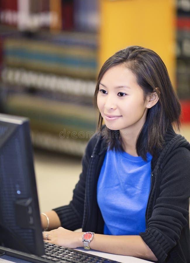 Estudante que trabalha no computador imagens de stock