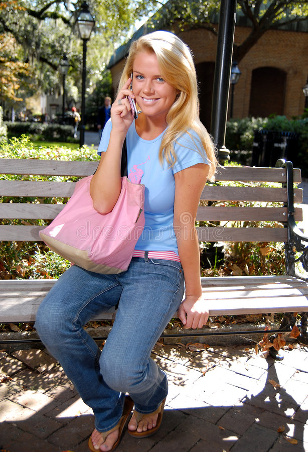 Estudante quente no telefone de pilha fotografia de stock