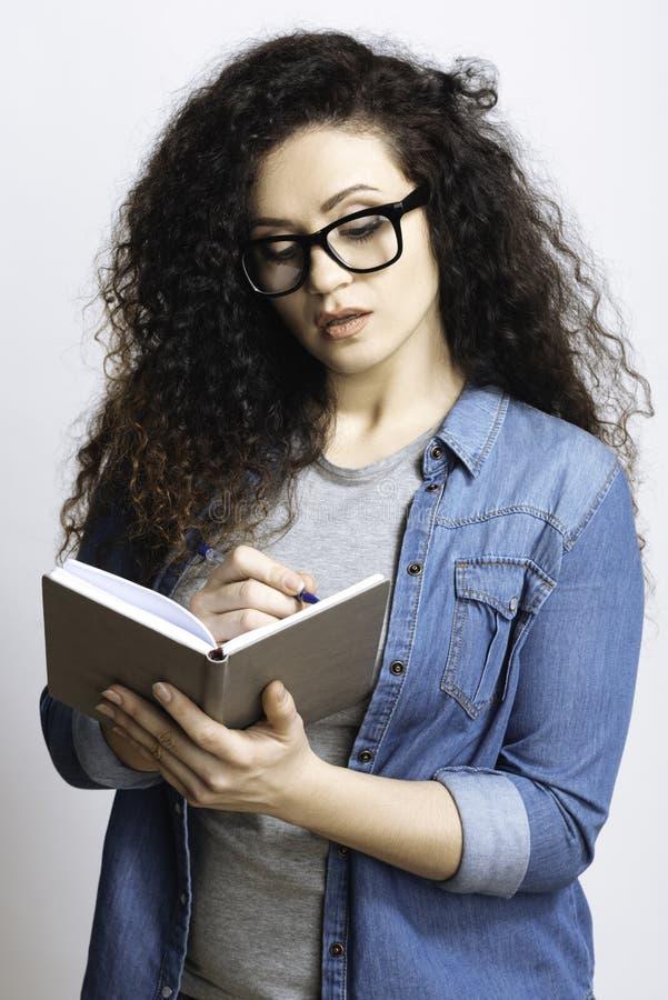 Estudante responsável que redige a informação importante fotos de stock