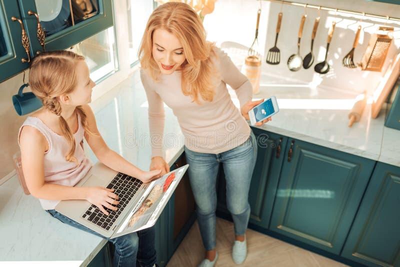 Estudante satisfeito que joga com seu portátil novo imagens de stock