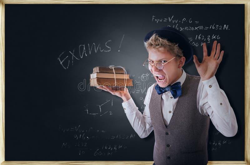 Estudante terrivelmente gritando com livros imagens de stock