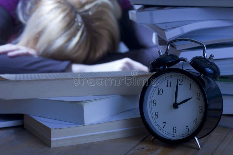 Estudante Tired que dorme em livros foto de stock royalty free
