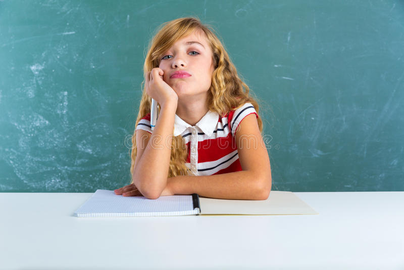 Estudante triste aborrecida do estudante da expressão na mesa fotografia de stock royalty free