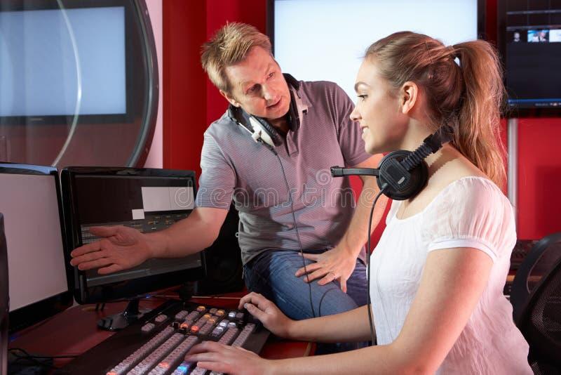 Estudante With Tutor Working dos meios na classe da edição do filme fotos de stock royalty free