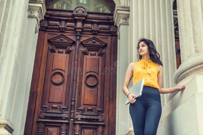 Estudante universitário americana do indiano do leste dos jovens que estuda em New York imagem de stock
