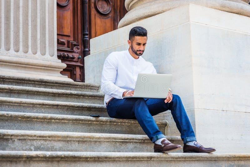 Estudante universitário americana indiana do leste nova com barba que estuda i imagens de stock royalty free