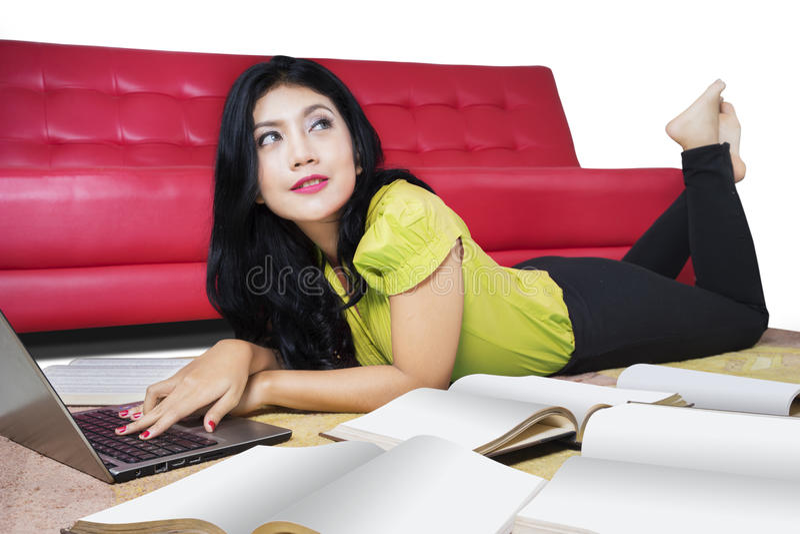 A estudante universitário aprende com portátil e livro imagem de stock royalty free
