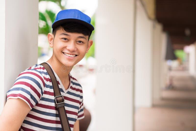 Estudante universitário asiático de sorriso fotografia de stock royalty free