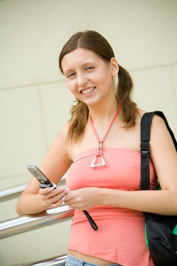 Estudante universitário com telefone móvel fotografia de stock