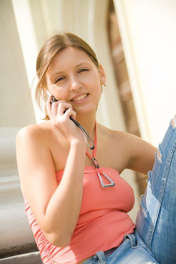 Estudante universitário com telefone móvel fotografia de stock royalty free