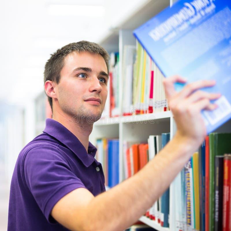 Estudante universitário considerável na biblioteca foto de stock royalty free