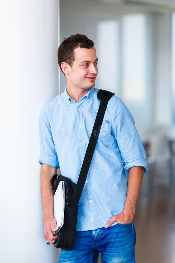 Estudante universitário considerável no terreno fotografia de stock