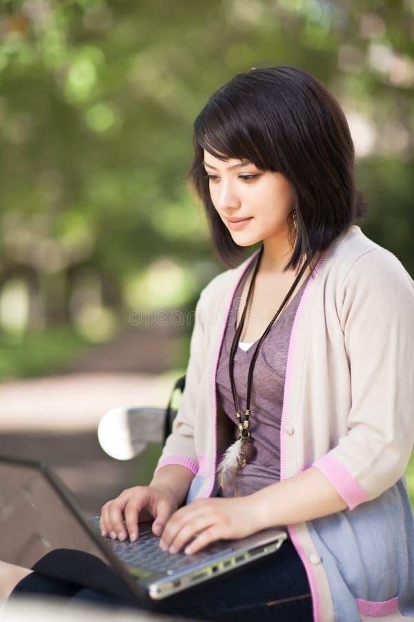 Estudante universitário da raça misturada com portátil imagem de stock