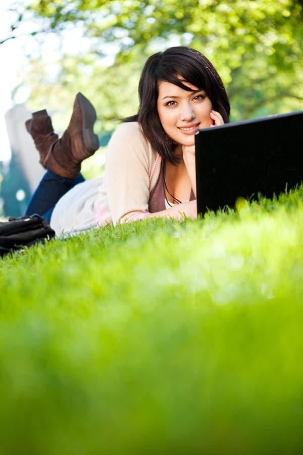 Estudante universitário da raça misturada com portátil imagens de stock