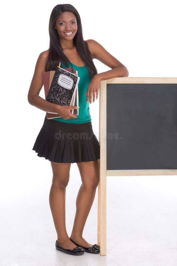 Estudante universitário do americano africano pelo quadro-negro imagem de stock royalty free