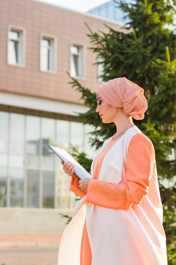 Estudante universitário do Oriente Médio fêmea bonita imagens de stock royalty free