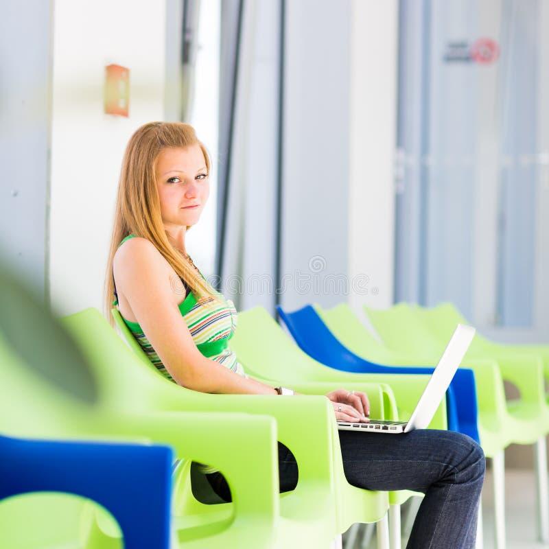 Estudante universitário fêmea bonito na biblioteca imagens de stock