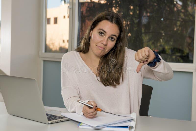 Estudante universitário fêmea nova do adolescente que trabalha com o portátil do computador na sala de aula da escola que senta-s fotos de stock