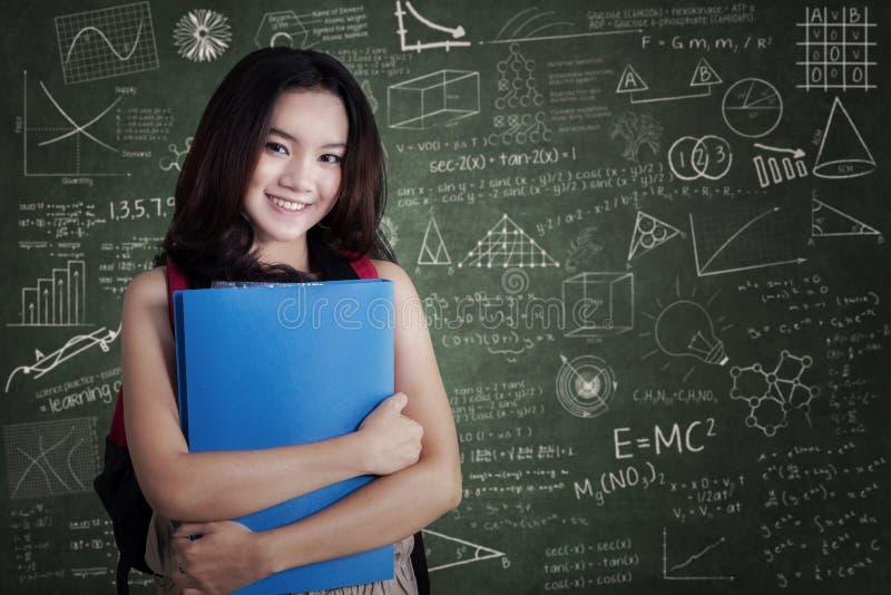 Estudante universitário fêmea que sorri na classe fotografia de stock royalty free