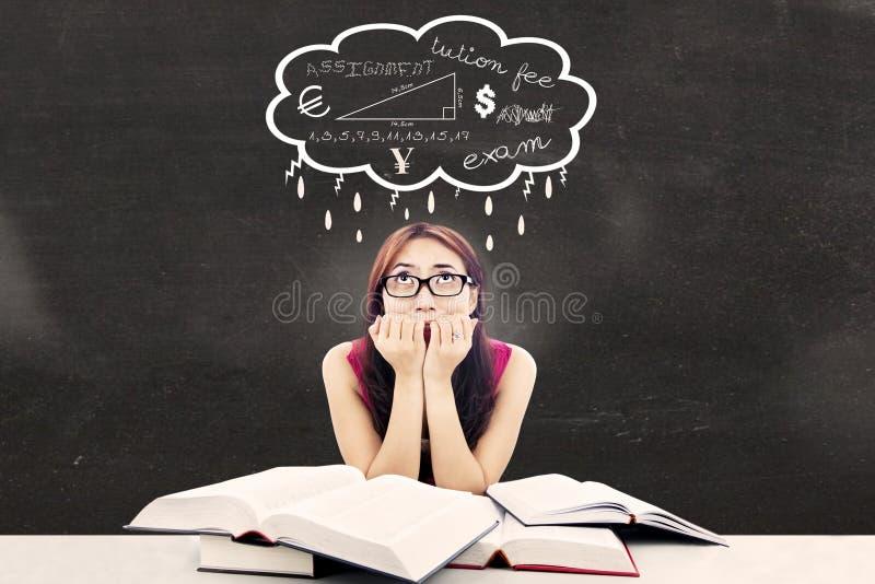 Estudante universitário nervoso na sala de aula fotografia de stock