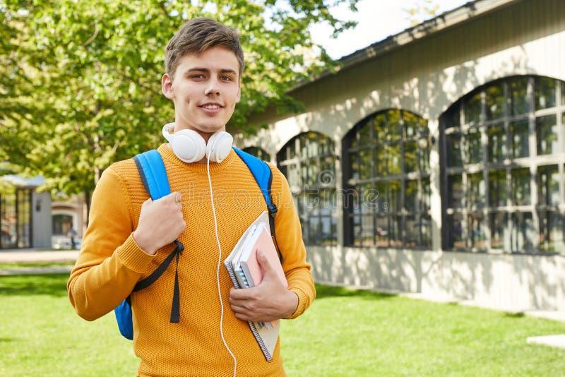Estudante universitário nova Posing Outdoors foto de stock