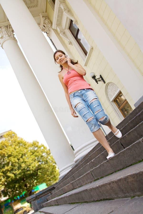 Estudante universitário novo com telefone móvel imagens de stock royalty free