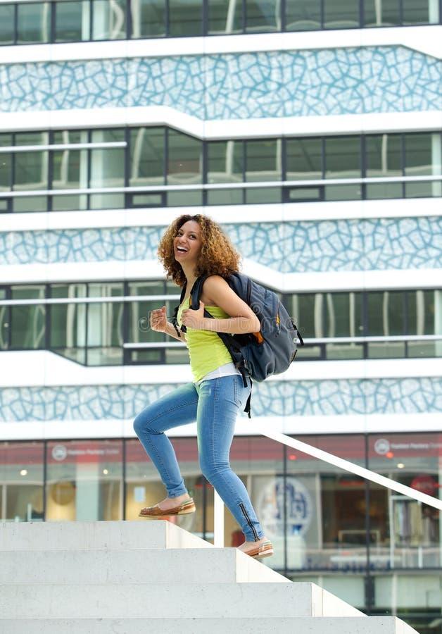 Estudante universitário que anda no terreno fotos de stock