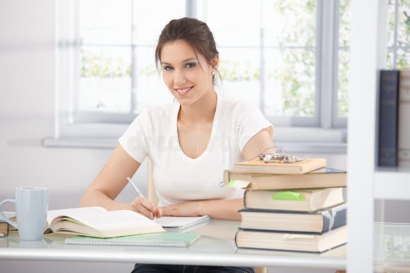 Estudante universitário que aprende em casa o sorriso fotos de stock