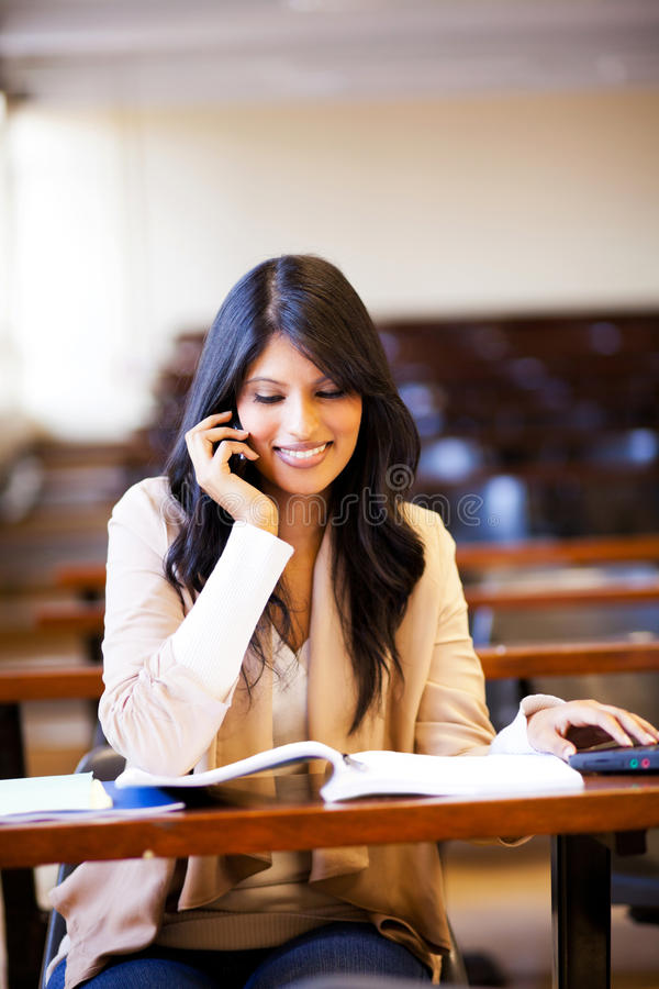 Estudante universitário que fala no telefone de pilha foto de stock