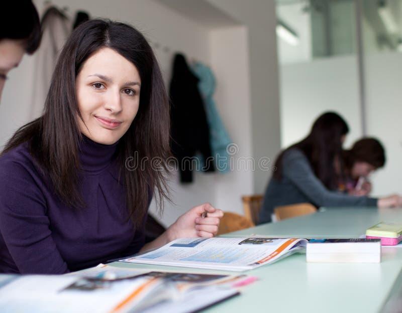 Estudante universitário que trabalha em uma sala de aula fotos de stock