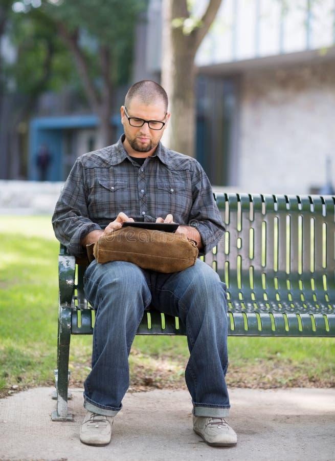 Estudante universitário Using Digital Tablet no terreno imagem de stock royalty free