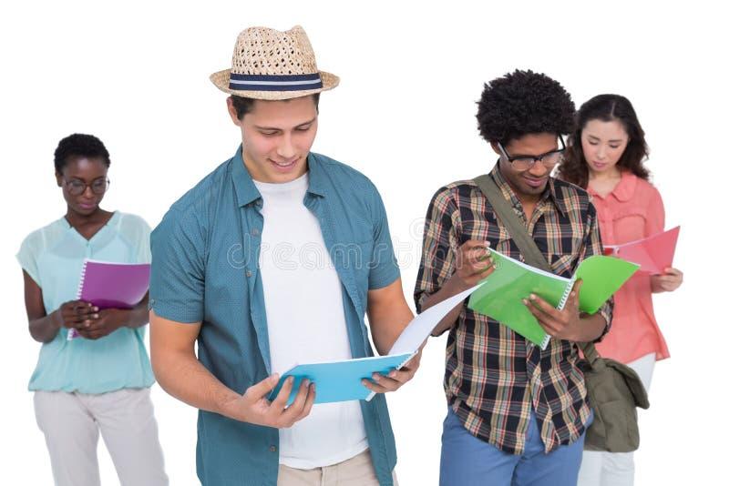 Estudantes à moda que sorriem na câmera junto imagens de stock royalty free