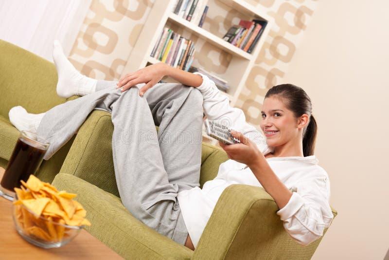 Estudantes - adolescente fêmea feliz com microplaquetas de batata imagens de stock royalty free