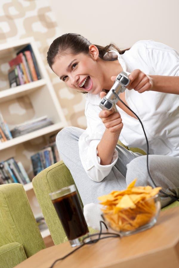 Estudantes - adolescente fêmea que joga o jogo video fotografia de stock royalty free