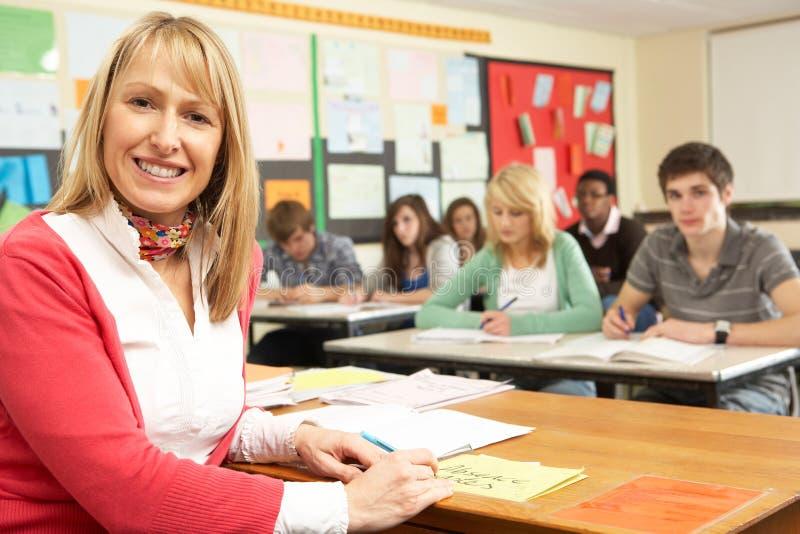 Estudantes adolescentes que estudam na sala de aula imagens de stock royalty free