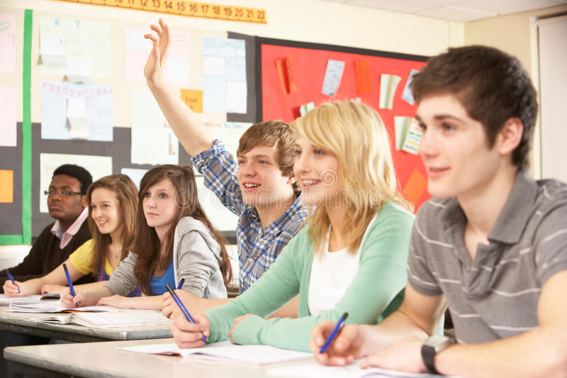 Estudantes adolescentes que estudam na sala de aula fotos de stock