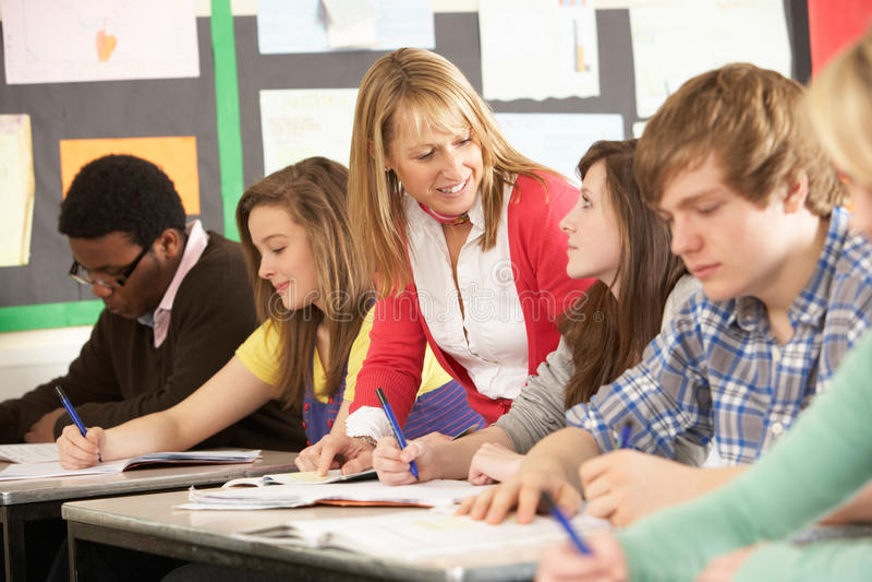 Estudantes adolescentes que estudam na sala de aula fotos de stock royalty free