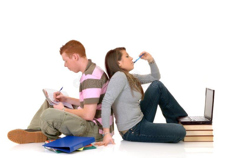 Estudantes adolescentes que trabalham no portátil imagens de stock